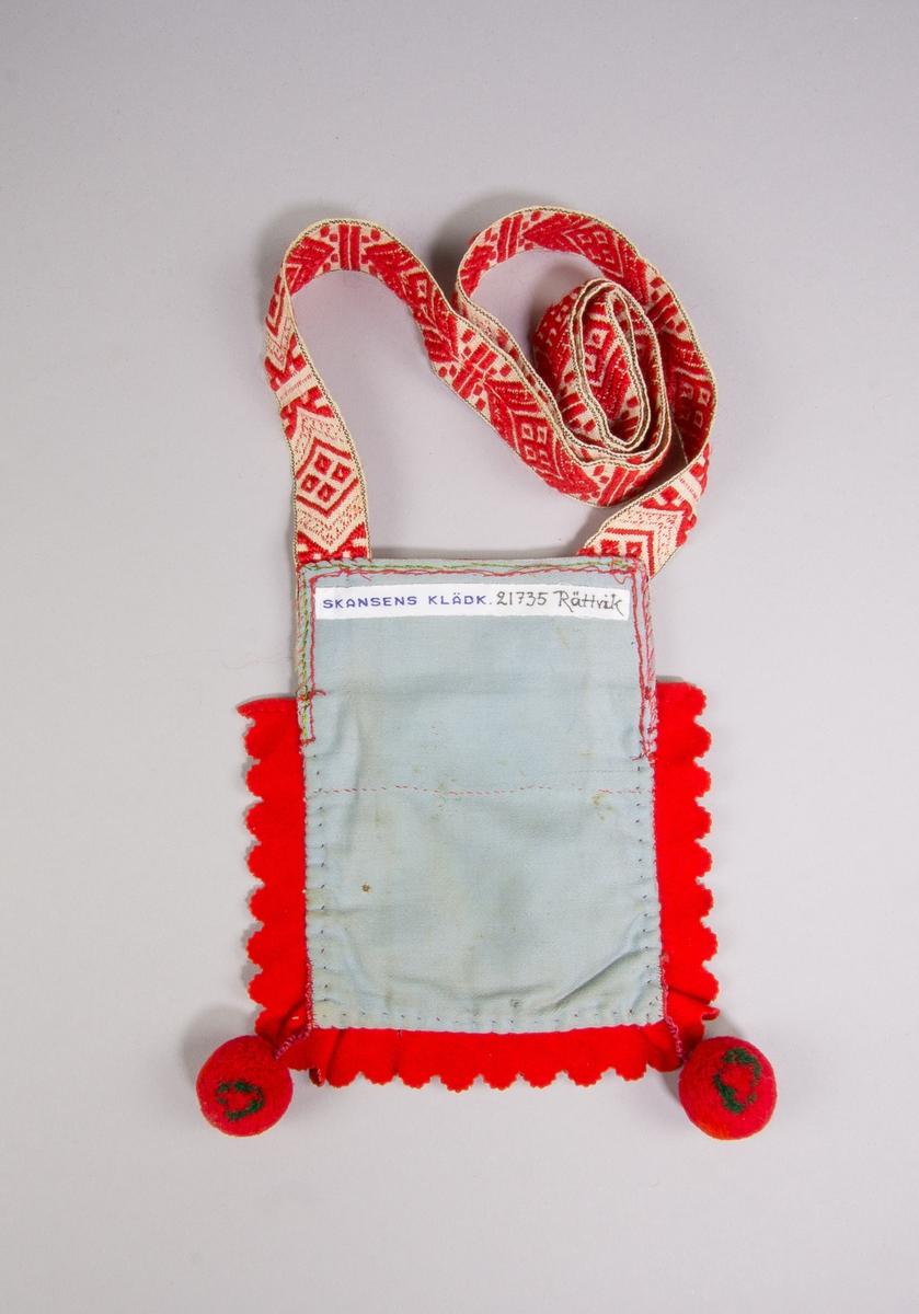 Kjolsäck inspirerad av kjolsäckarna från Rättviks socken, Dalarna. Modell med avskuret framstycke. Tillverkad med framstycke av vitt fårskinn med applikation av rött och grönt ylletyg, fastsydd med maskin. Centralt placerad hjärtblomma. Broderi utfört med bomullsgarn i rosa och grönt, sticksöm, kråkspark och knutar. Ovanför broderiet en remsa av rött kläde med tandade uddar, samma typ av remsa inlagd i sido- och bottensöm. I hörnen nertill varsin boll av rött och grönt yllegarn. Framstycket fodrat med ljusblått bomullstyg, satin, samma tyg använt till bakstycke. Överstycke av yllemuslin, tryckt mönster i flera färger på röd botten. Axelband handvävt, med plockat mönster av rött ullgarn på vit botten.