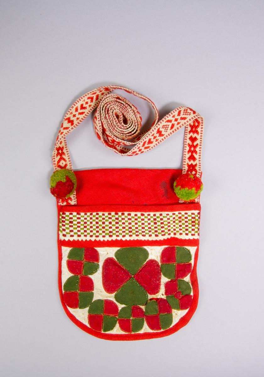 """Kjolsäck till dräkt för kvinna från Rättviks socken, Dalarna. Modell med avskuret framstycke. Framstycke av vitt fårskinn med applikationer av ylletyg, kläde, i rött och grönt, fastsydda på maskin. Centralt placerad hjärtblomma omgiven av mindre blomformer. Ovanför applikationen en """"grind"""" flätad av smala remsor rött och grönt kläde samt vitt fårskinn, med röda diagonalvävda ylleband upptill och nertill. Kantat runtom med samma band. Framstycket fodrat med rött ylletyg, vävt i kypert, samma tyg har använts till bakstycke och dubblerat i överstycket. Axelband handvävt, med plockat mönster av rött ullgarn på vit botten. Vid fästena bollar av rött och grönt ullgarn."""