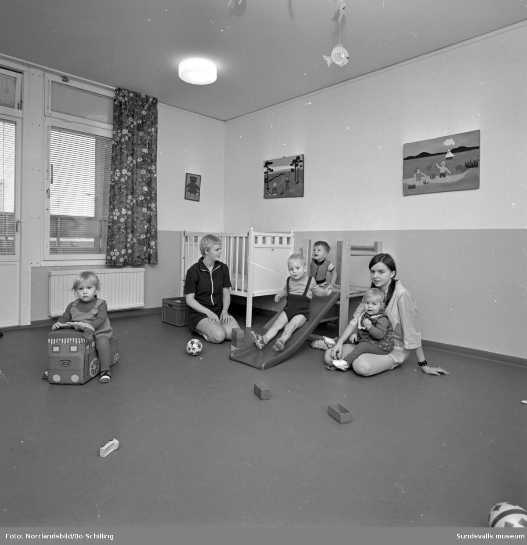 Interiör från barnstugan i västra Skönsberg, fotograferat för centrala byggnadskommittén.