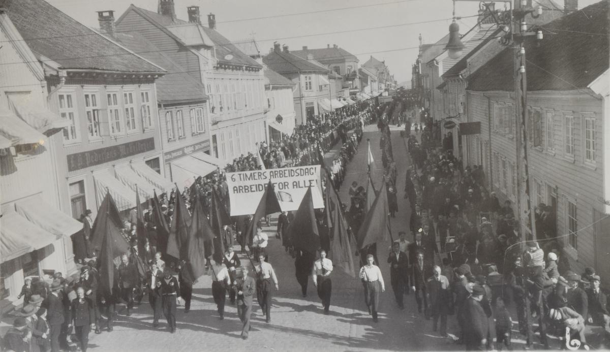 Opptog eller 1. mai-tog øverst i Markens gate i Kristiansand