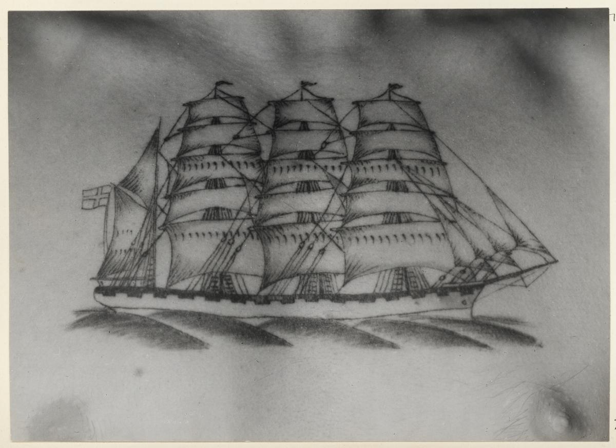 """GÖTEBORG GUSTAFSSON, CARL (""""TATUERINGSKALLE"""")  Grovarbetaren, f.d. sjömannen Evert Lundberg från Stockholm.  Bröstbild, 4-mastad bark, förande dansk flagg. Elektriskt nålarbete av Carl Gustafsson 1934 till ett pris av 8 kr (""""Vänskapspris"""")"""