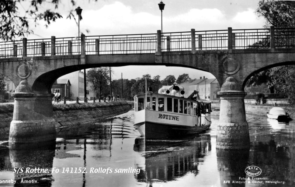 """Fartyg: KARÖ                           Bredd över allt 4,10 meter Längd över allt 17,00 meter  Rederi: Ronneby Ångslups AB Byggår: 1905 Varv: Ljunggrens Verkstad Övrigt: Bilden retuscherad, fartyget/slupen heter egentligen Karö men av """"turistskäl"""" har man retuscherat dit namnet Rottne på fotografiet, vilken dock var en annan båt. Den blev 1940 Hasslö."""