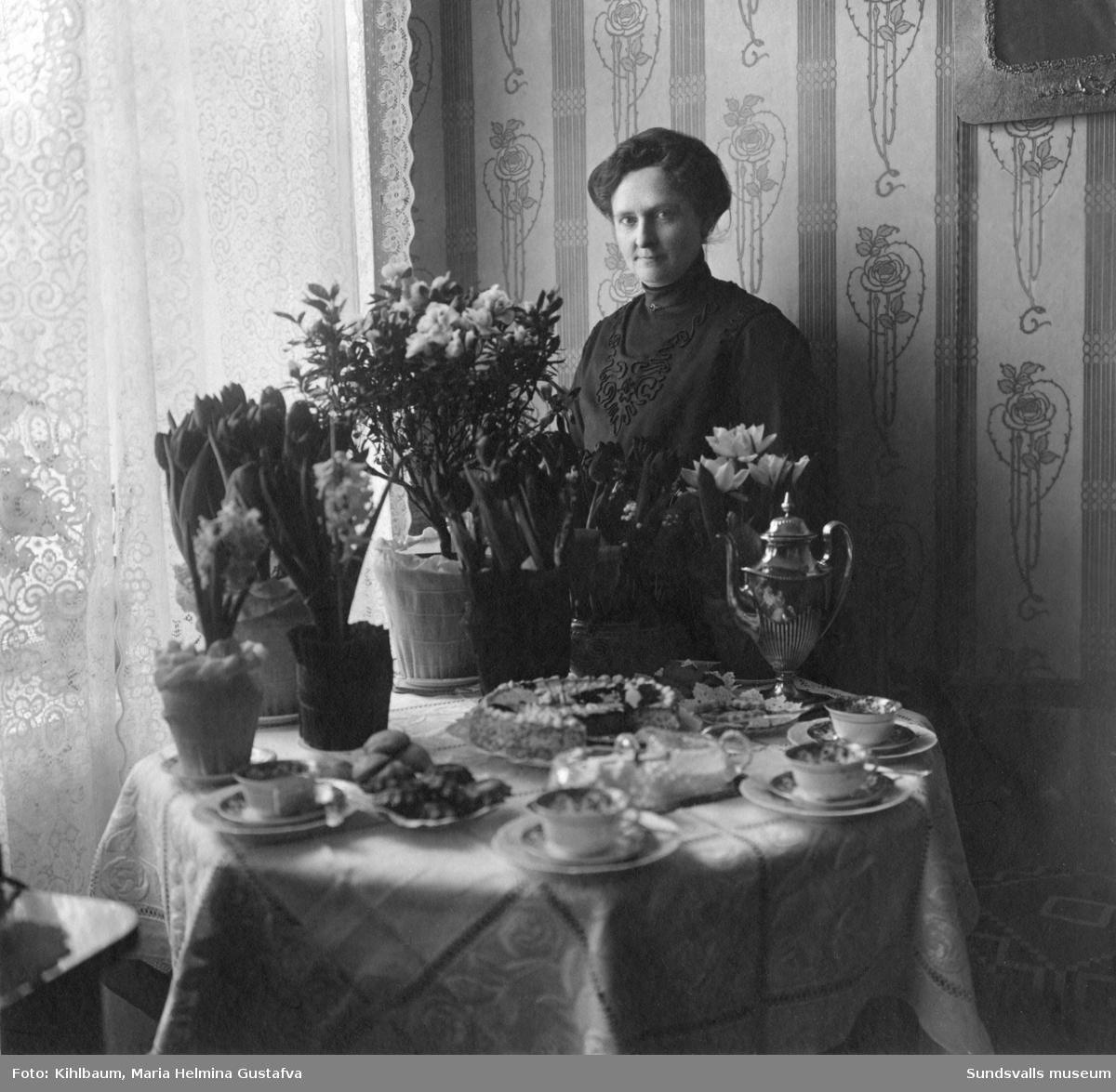 Fotograf Maria Kihlbaum vid dukat kaffebord.