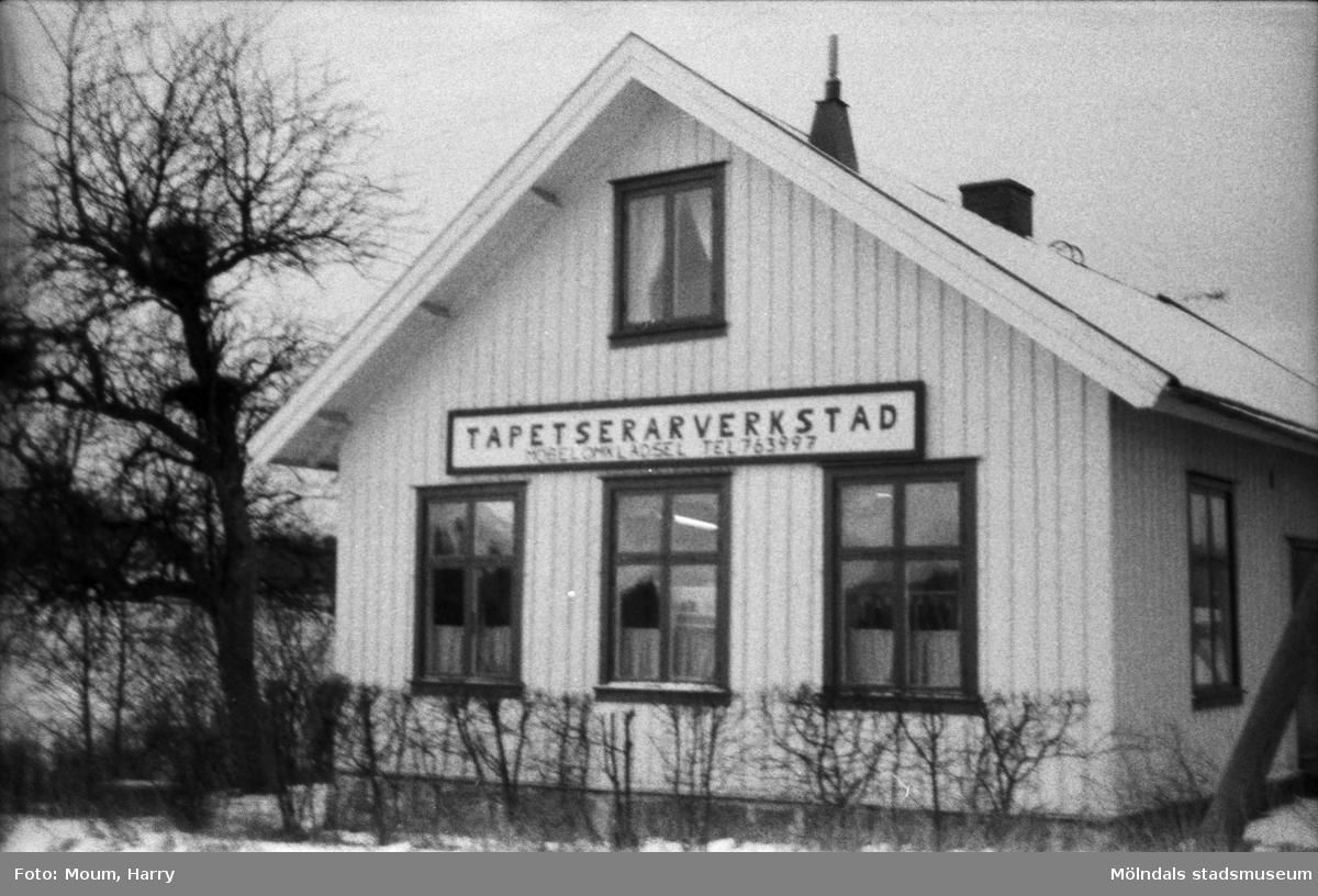 Lindome Tapetserarverkstad vid Spårhagavägen i Lindome, år 1985.  För mer information om bilden se under tilläggsinformation.
