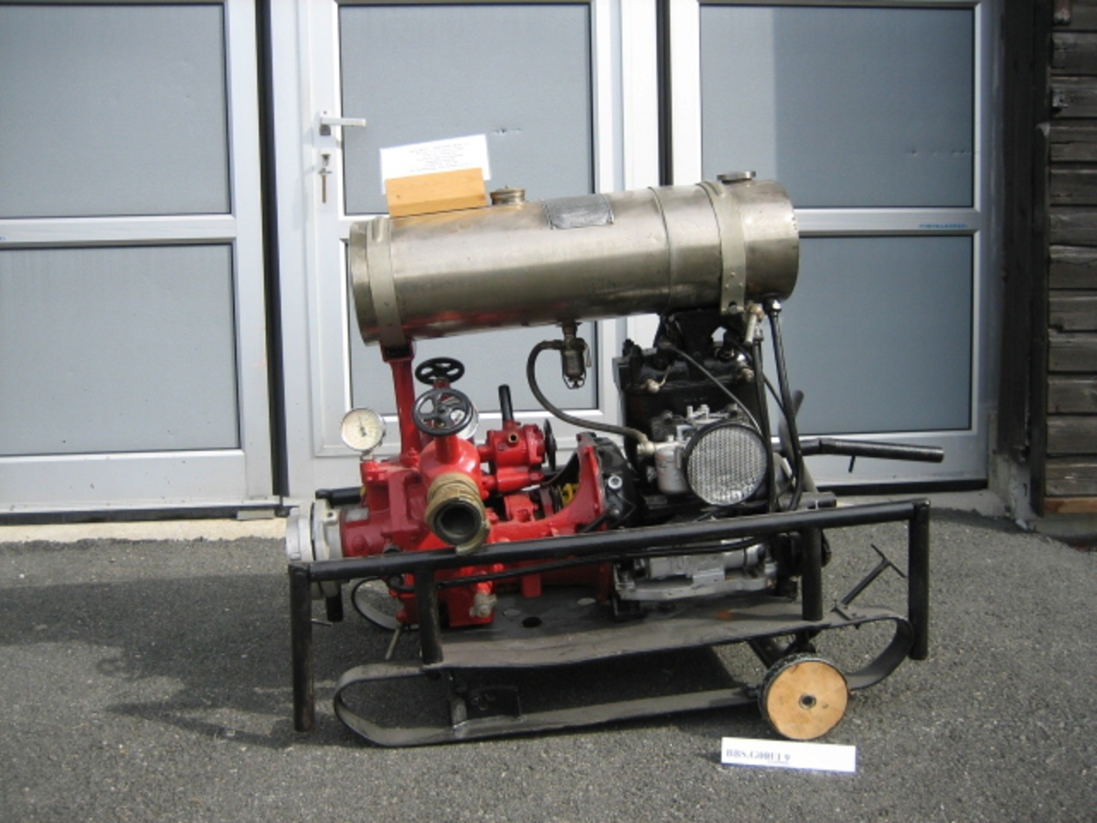 Dette er en pumpe av typen Magirius - 2 cylynder, 2 takter og vannavkjølt. Tørrplateclutch, med membran evakuering. 3000 L/minuttet.