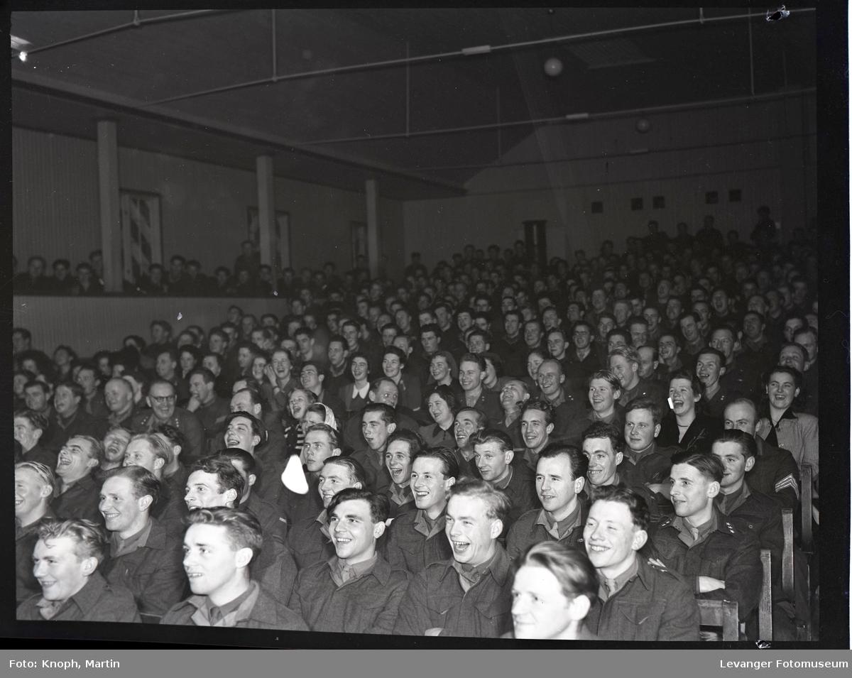 Militær revy soldater er publikum.