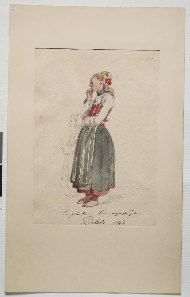 """Akvarellerad teckning av flicka i vardagsdräkt. Hälsingland. """"En flicka i hvardagsdrägt"""" har på sig en överdel, livstycke, förkläde, kjol, bindmössa och strumpskaft eller benholkar. Bredvid henne finns en mindre flicka skissad i blyerts."""