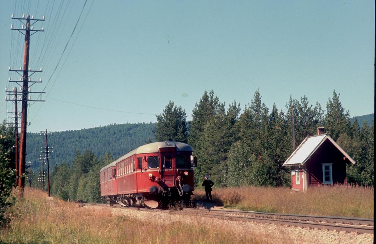 Persontog 371 Hamar - Røros stopper på Eid holdeplass. Motorvogn BM 91 08 og styrevogn BDFS 91 71 eller 73.