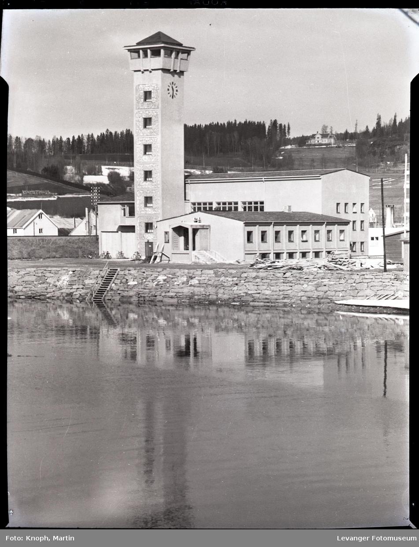 Brannstasjonen med tårn langs Steinkjerelva