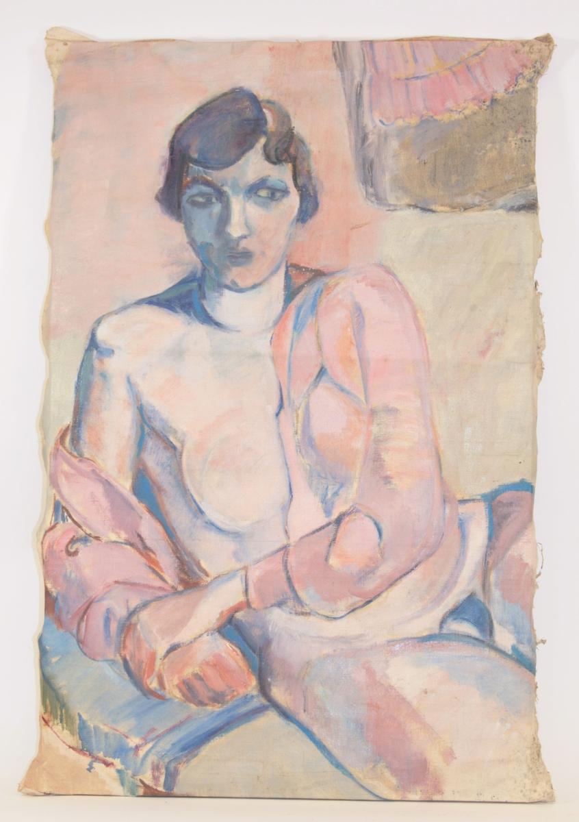 En kvinne sitter naken, foruten en åpen skjorte/jakke i rosa som er åpen og har glidd ned fra venstre skulder og eksponerer brystet. Hun har mørk hår med sideskill som er lagt i bølger, og slutter ved ørene. Hun sitter med venstre albue lent på en pute, og har plassertden høyre armen  foran overkroppen, og foldet hendene sammen.