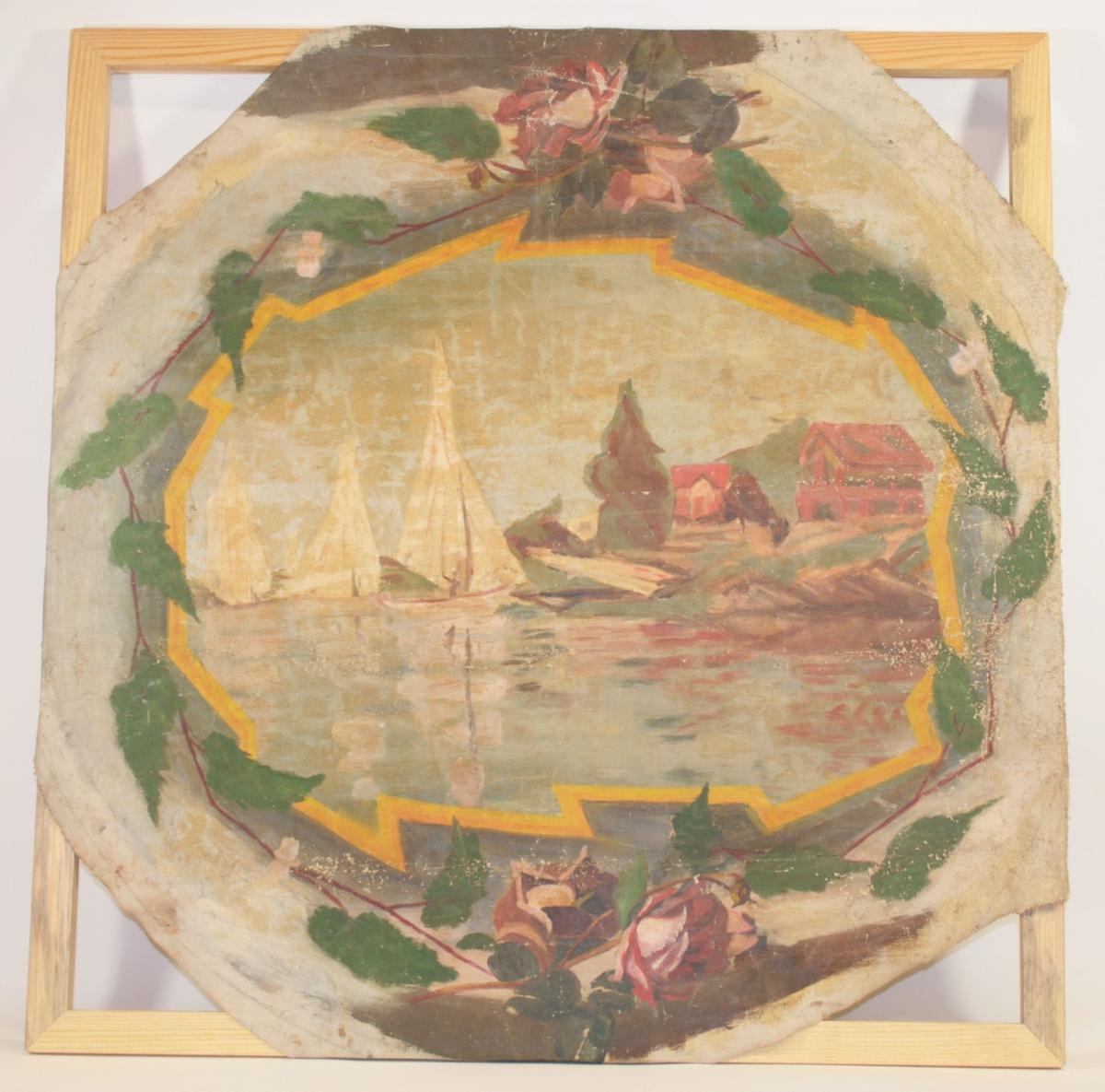 Motivet er ovalt og malt inne i en oval omringet av en girlander av grønne blader og roser oppe og nede. Det ovale motivet viser tre seilbåter som ligger til land til høyre i bildet. På landsiden er to røde hus med saltak og karnapp i to etasjer som ligger bakenfor hverandre.