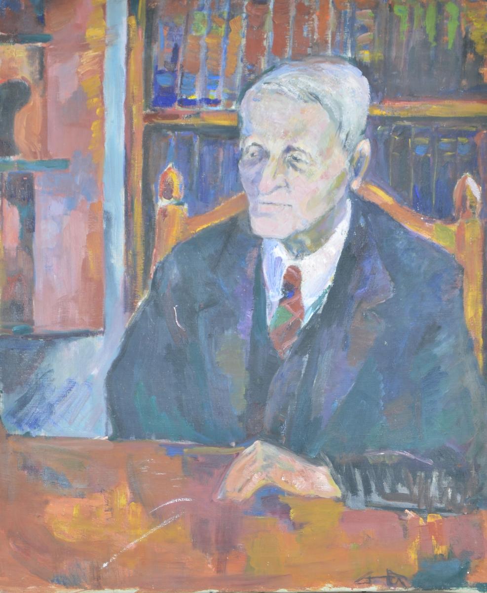 Motivet viser en eldre mann som sitter ved et bord. Han lener albuen mot bordet, og ser ut mot venstre i bildet. Han har på seg skjorte, slips og mørk dressjakke. Bak ham kan man se bøker i bokhyller.