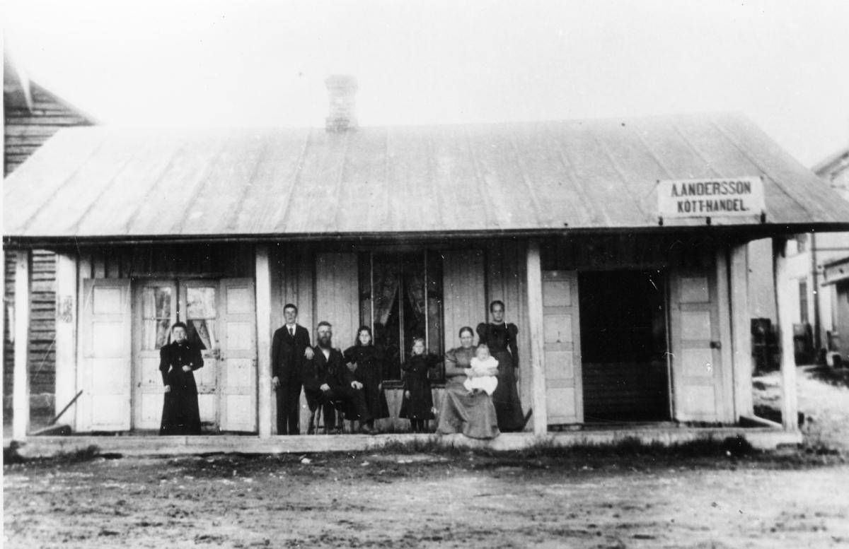 A. Anderssons kötthandel. Affären belägen vid västra sidan av torget.  Mellerud