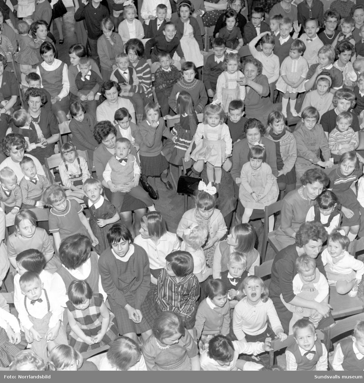 Barnfest i Harmonilokalen, julgransplundring.