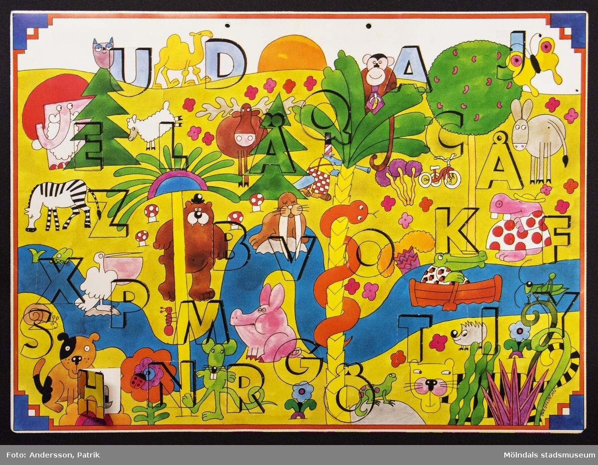 Sveriges Televisions julkalender: Fem myror är fler än fyra elefanter, som sändes i SVT mellan den 1 - 24 december 1977. Motivet på kalendern är tecknat av Ove Gustafsson. I övre kanten på kalendern finns två hål för upphängning.