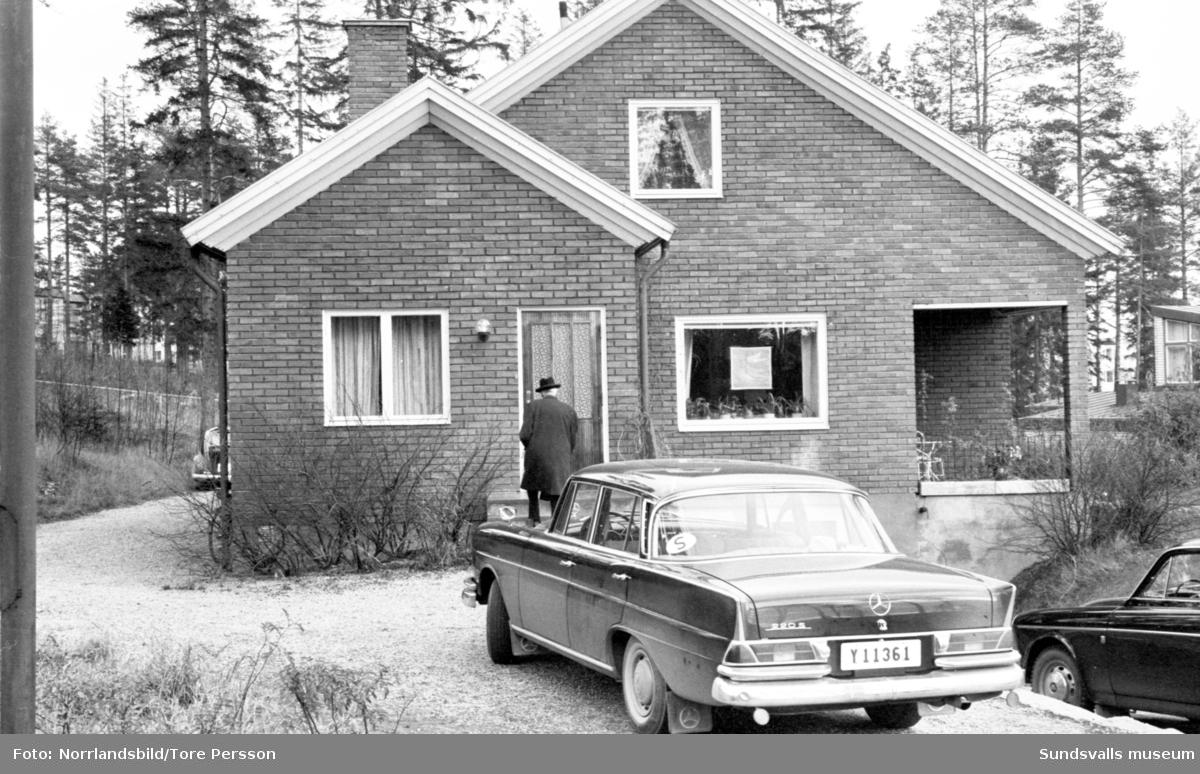 Sundsvallsadvokaten Gunnel Markstedt uppvaktas i hemmet i Norrliden på sin 50-årsdag. Hela familjen samlad utanför huset, Gunnel, maken Hans och barnen Margaretha, Lars, Christina, Anders och Olof. Gäster, förtäring och blommor i mängder.