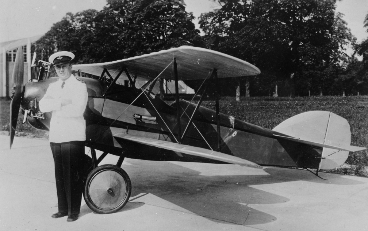Porträtt. Tyghantverkare George Holmberg står framför sitt hemmabygge flygplan Holmberg Racer på Malmen.