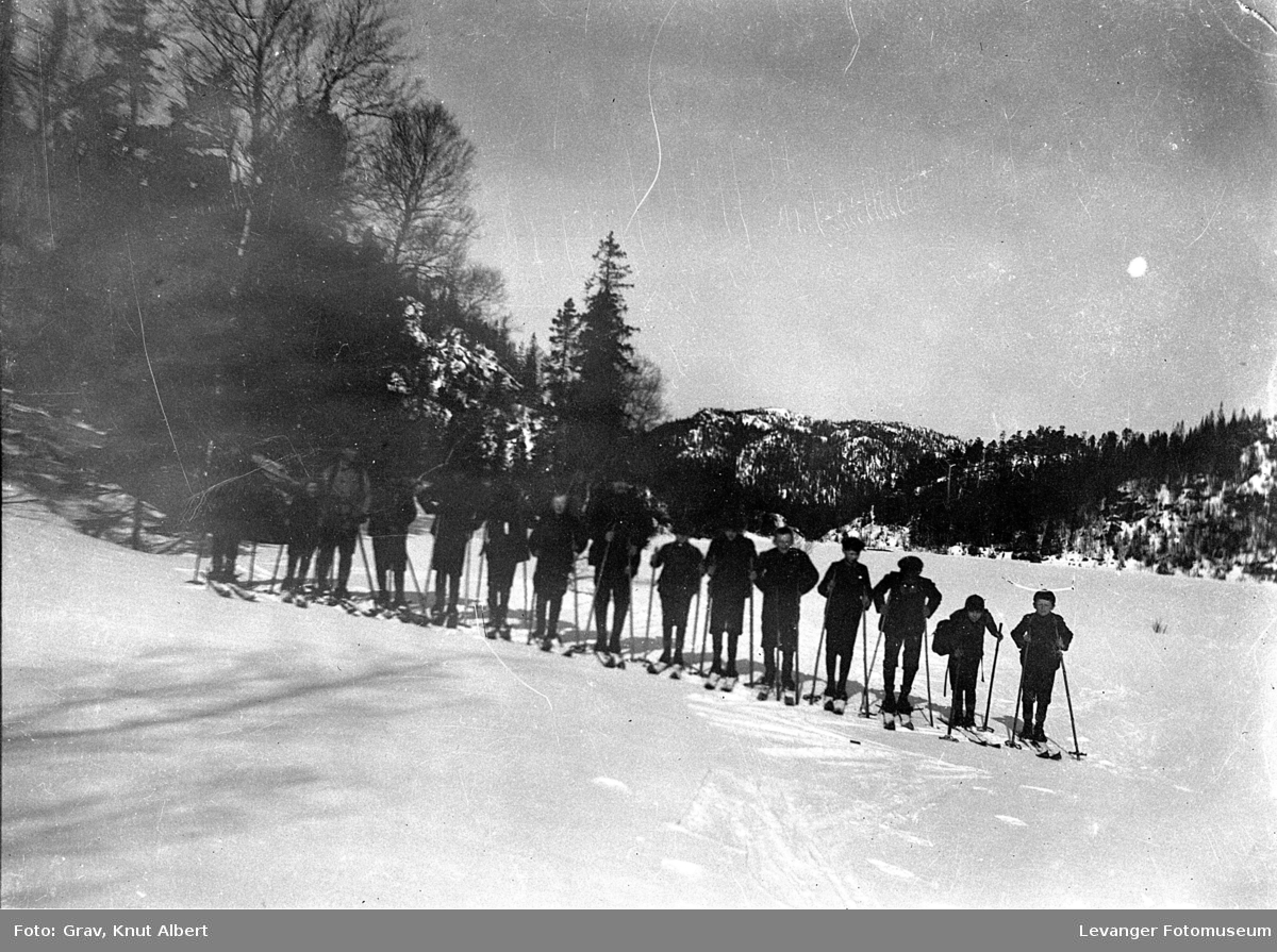 En flokk med gutter, trolig speidere på ski.
