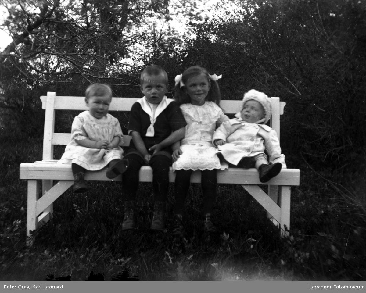 Gruppebilde, Fire barn på hvit hagebenk