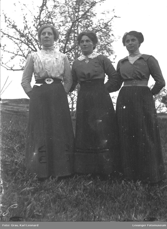 Gruppe, tre kvinner står ved tre