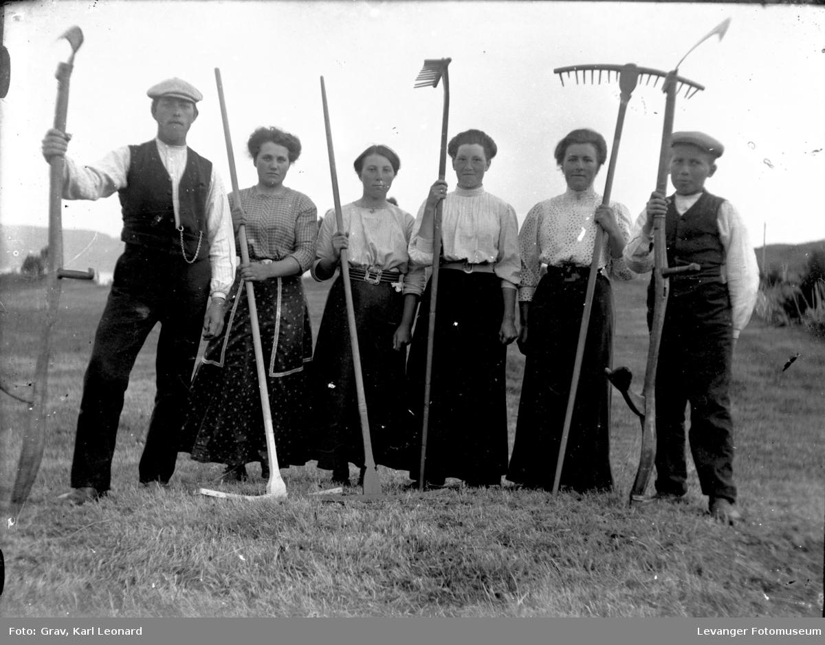 Gruppebilde, arbeidsgjeng i slåttonna