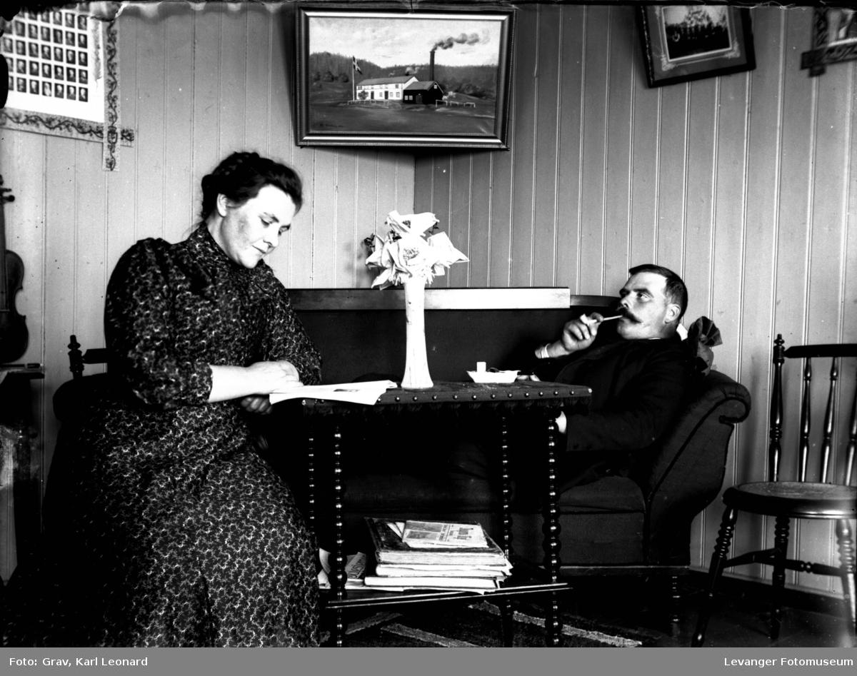 Gruppbilde, mann og kvinne i sofakroken