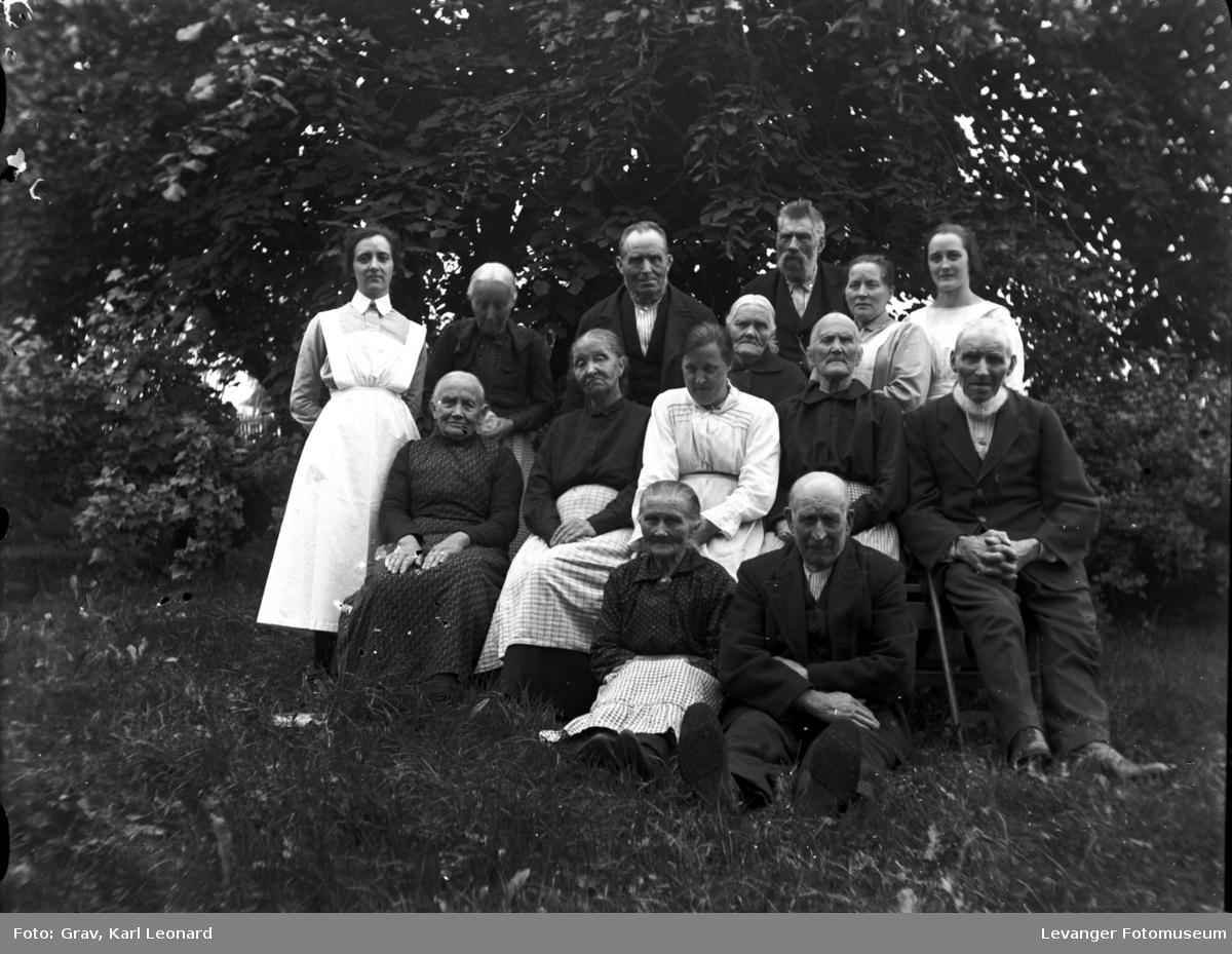 Gruppebilde, mange gamle og to pleiere