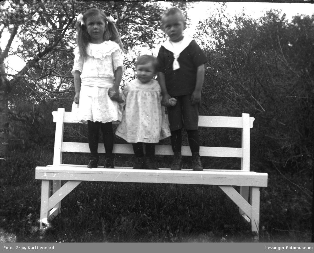 Gruppebilde, barn på hagebenk