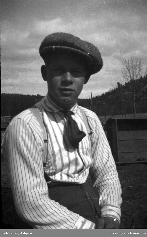 Portrett, ung mann i skjorteermer og med sixpence.