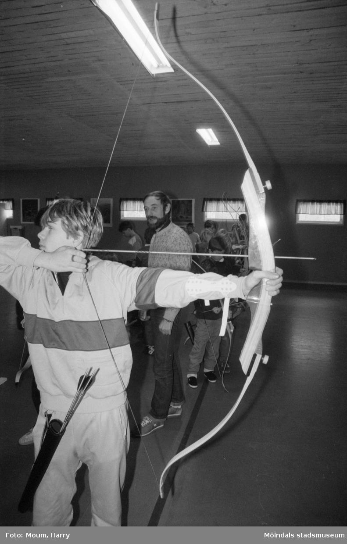 Bågskytte för barn under februarilovet i Mölndal, år 1985.  För mer information om bilden se under tilläggsinformation.