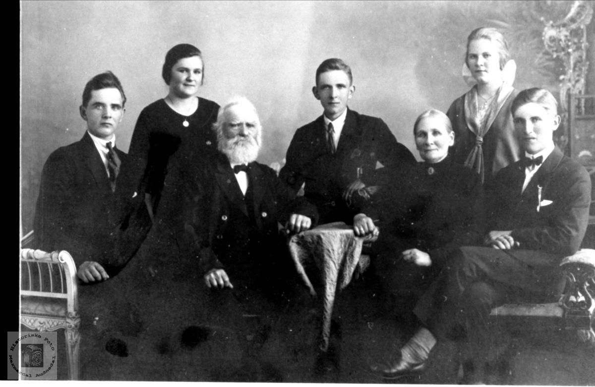 Familiebilde av familien Høye.  Informasjon fra bruker, april 2016:  Det mangler navn på en av døtrene i familien:  Høye, Gunda Osmundsdatter.
