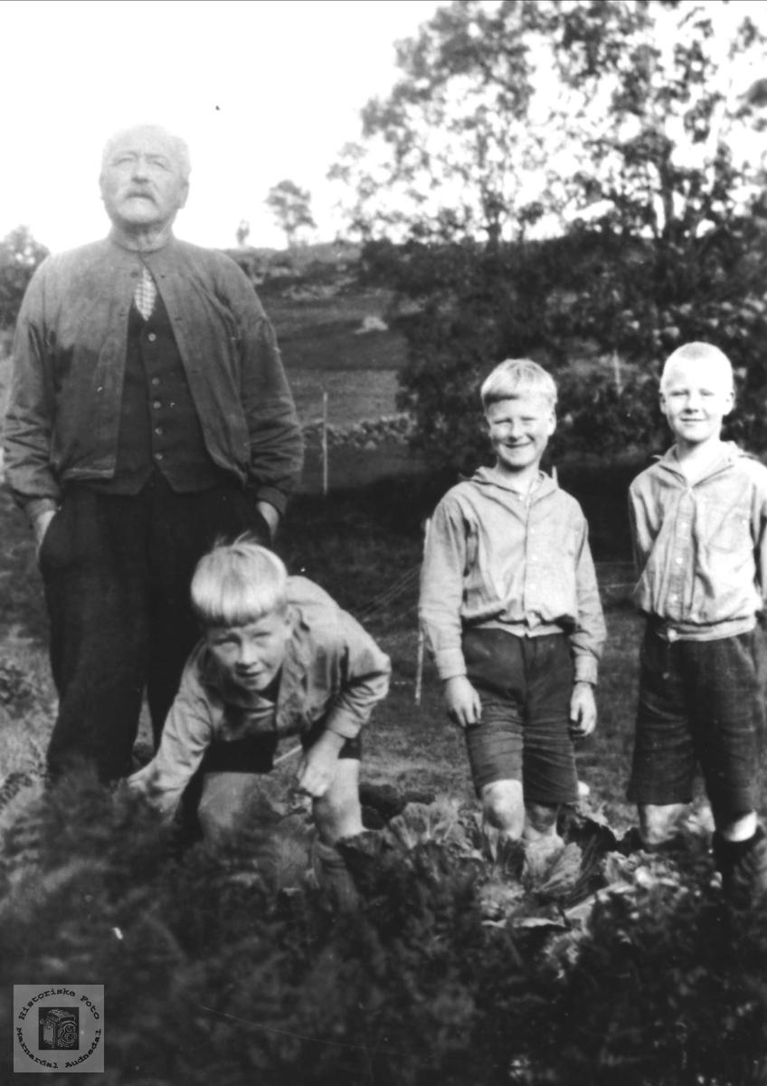 Far Ole N. Skuland og barn, Laudal.