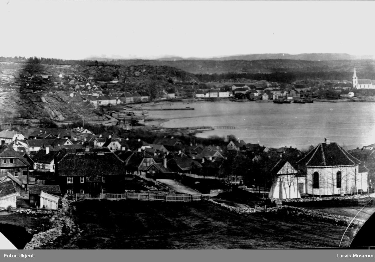 Bebyggelse, oversiktsbilde, Langestrand, Larvik. Langestrand kirke sett i forgrunnen, , Larvik havn, Larvik kirke og Tollerodden i bakgrunnen.