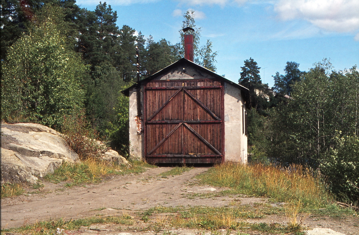 "Lokomotivstall. Klevfos. Sidelinje fra Ådalsbruk. Klevfoss. Lokomotiv nr. 17 ""Caroline"" ble nyttet på denne linjen."