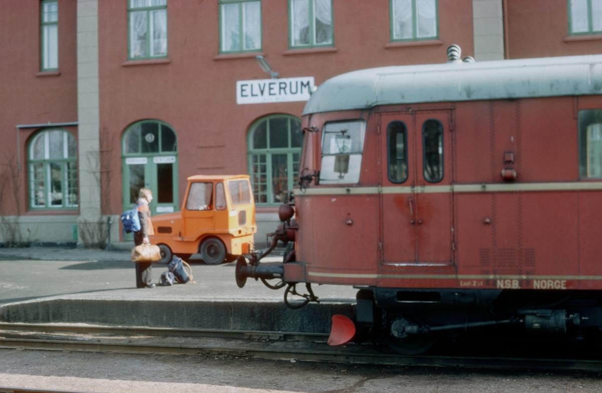 Tog fra Kongsvinger på Elverum stasjon. NSB dieselmotorvognsett type 86. Styrevogn BDFS 86 65.