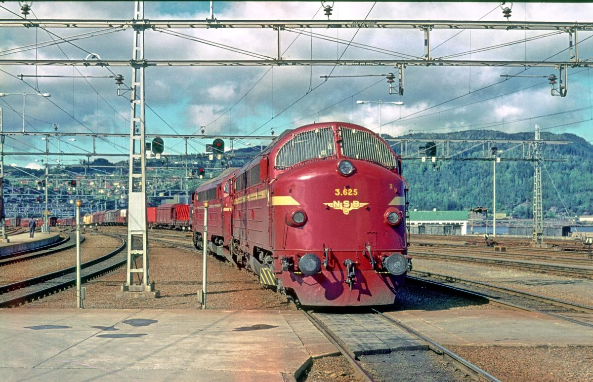 Lokomotivene fra nattog 456 (Bodø - Trondheim) er koblet fra, og kjøres til lokomotivstallen på Marienborg. Di 3 625.
