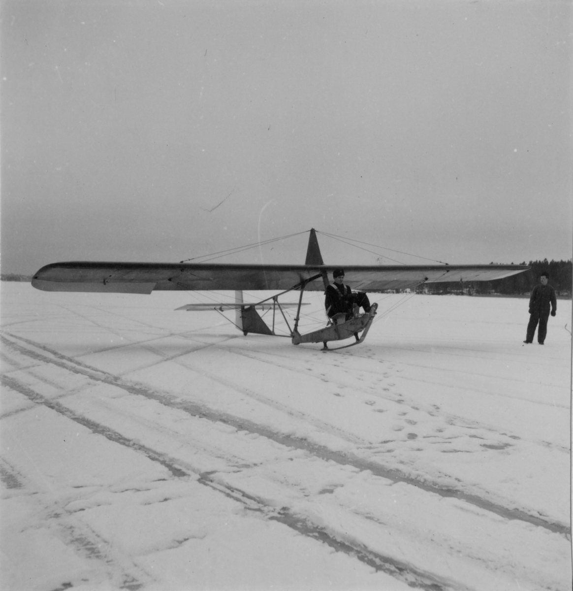 Flygning med glidflygplan G 101 vintertid år 1944. På F 2 D, Roslagens flygflottilj, vintertid. Flygplan med förare på isen.