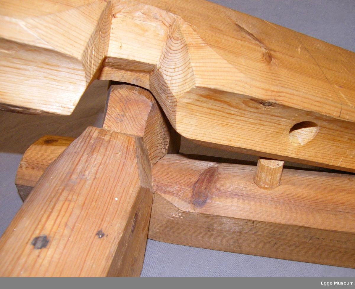 Lafteknute/laftenove i furu? i såkalt Vågålaft. Består av tre tømmerstokkender og to store låseskjøter (trenagler), aget for undervisningsbruk ved Skogskolen på Steinkjer.