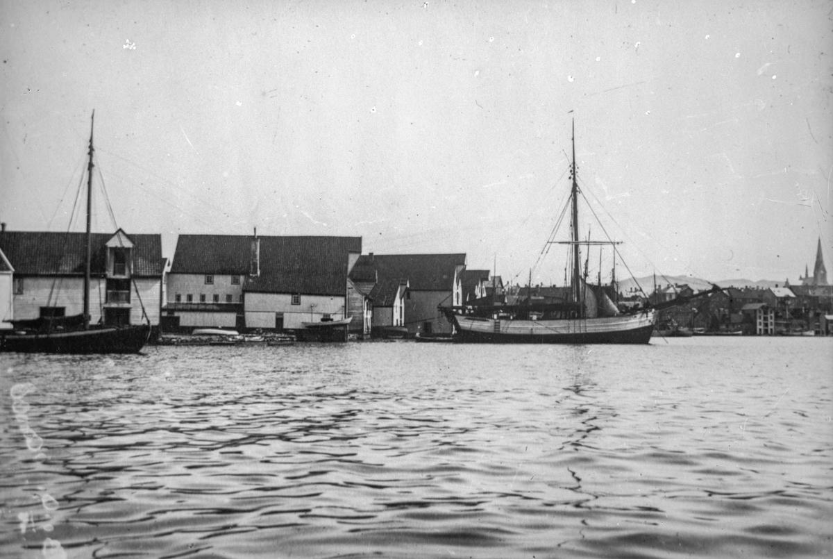 Mindre seilskuter (med en mast) til venstre og høyre ankret opp ved Garpaskjær. Vår Frelsers kirke og trehusbebyggelse i bakgrunnen til høyre. Sjøhus i bakgrunnen til venstre.