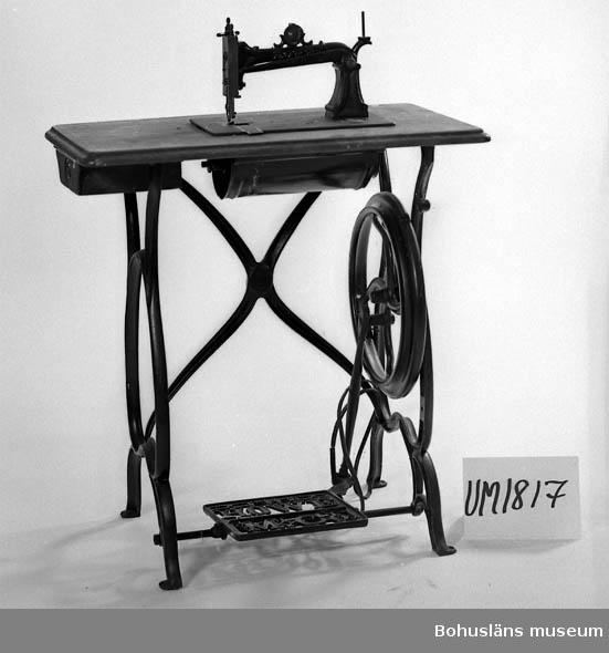 Ur handskrivna katalogen 1957-1958: Symaskin Symaskinsbordets L. 71 Br 41 H.c:a 94 Relativt välbevarad  Lappkatalog: 71