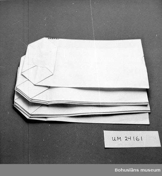410 Mått/Vikt !L:15 B:9,5 CM 594 Landskap BOHUSLÄN 601 Vit. 702 Affären lades ned på 1960-talet. Föremålen hittades vid en vinds- 703 röjningsinventering.