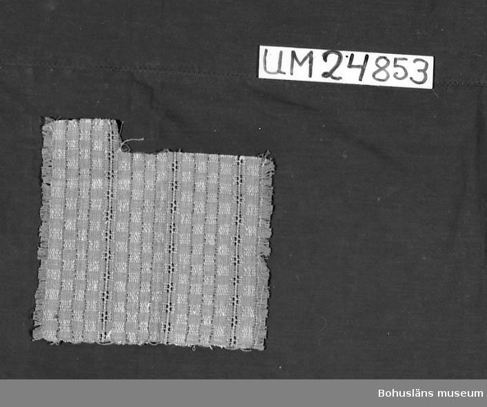 471 Tillverkningstid 1935-1975 594 Landskap BOHUSLÄN 601 Rutigt och randigt. Färger: Brun-beige, grön, vit, svart och gul. 610 Ytterligare uppgifter om gåvan UM 24798 - UM 24 883 se UM 24798.