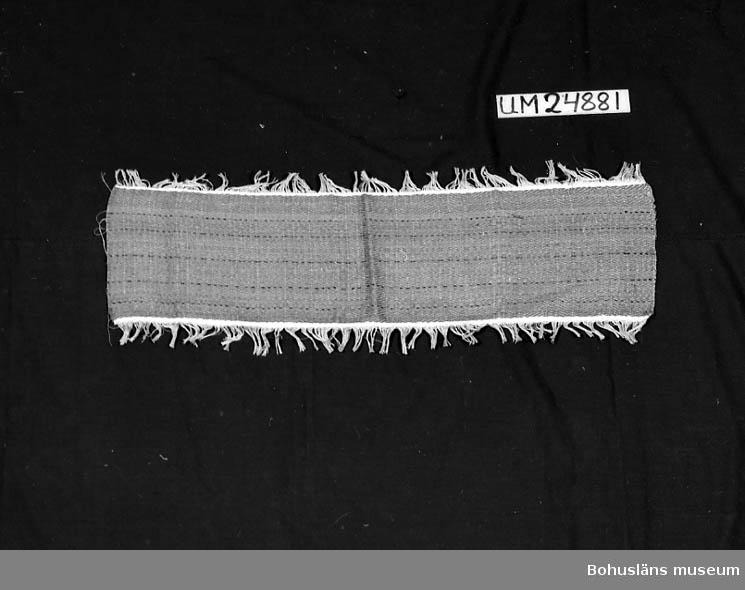 471 Tillverkningstid 1935-1975 594 Landskap BOHUSLÄN 601 Randig. Inslag: Beige, lila och svart. 610 Ytterligare uppgifter om gåvan UM 24798 - UM 24 883 se UM 24798.
