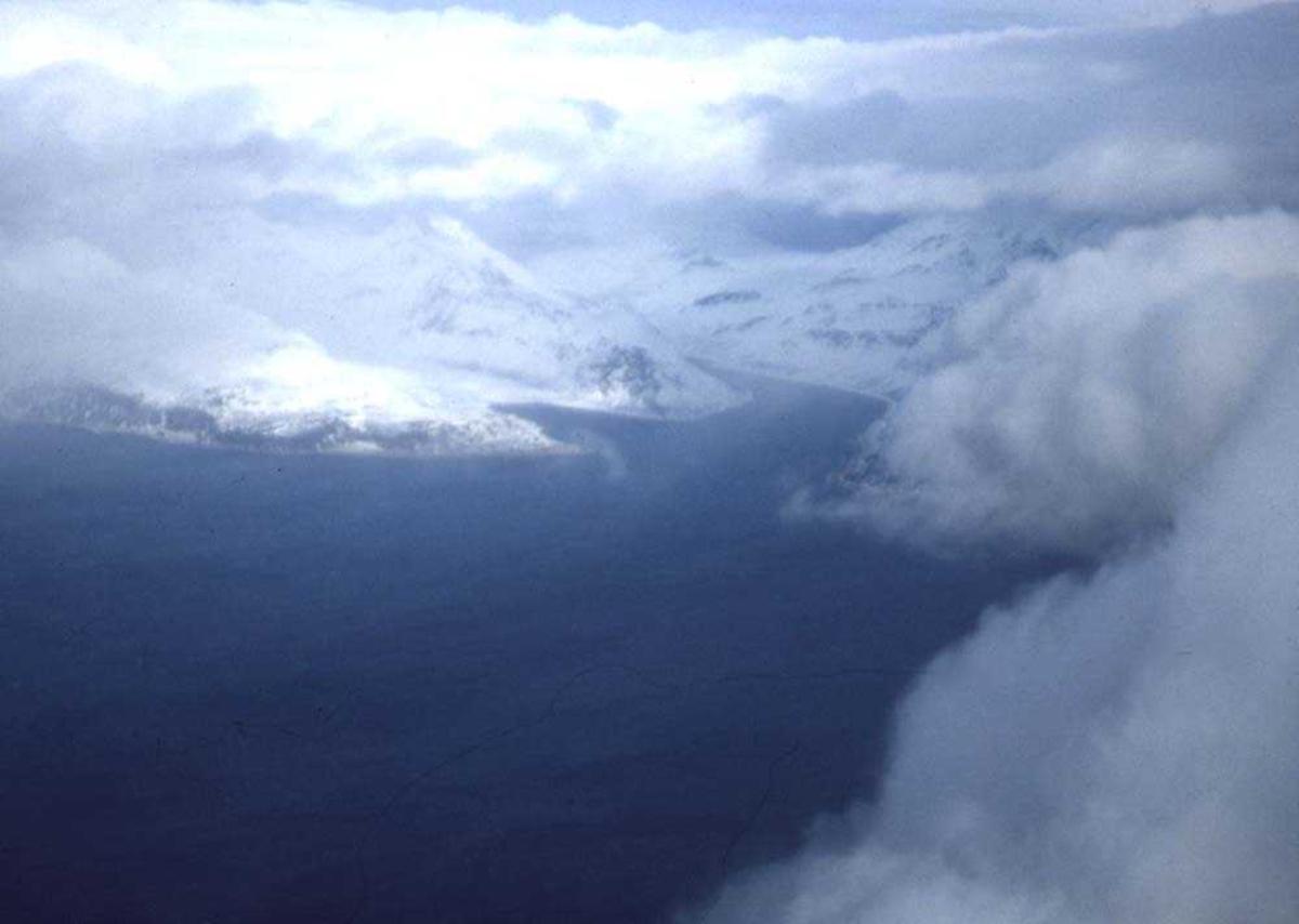 Luftfoto..En vinterkledd natur åpenbarer seg mellom skyene på tur til Hammerfest.