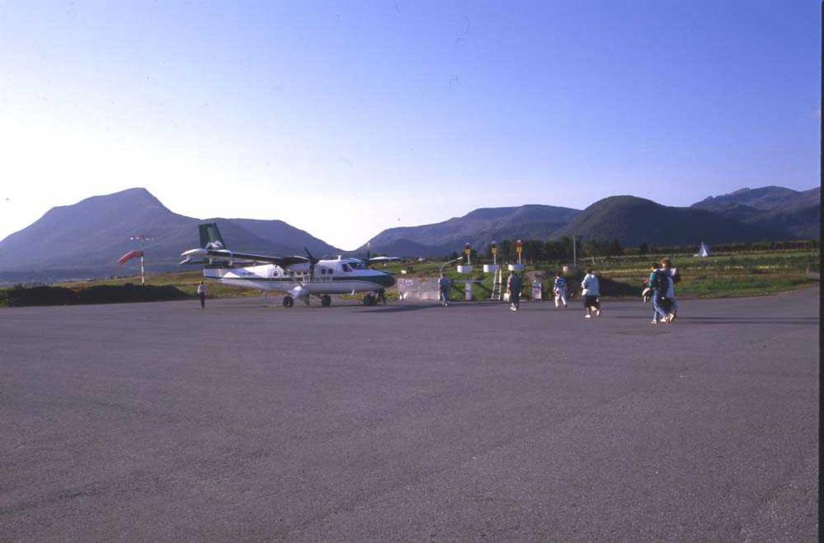 Lufthavn/Flyplass. Stokmarknes/Skagen. Et fly, DHC-6 Twin Otter fra Widerøe, tar imot ny last med passasjerer.