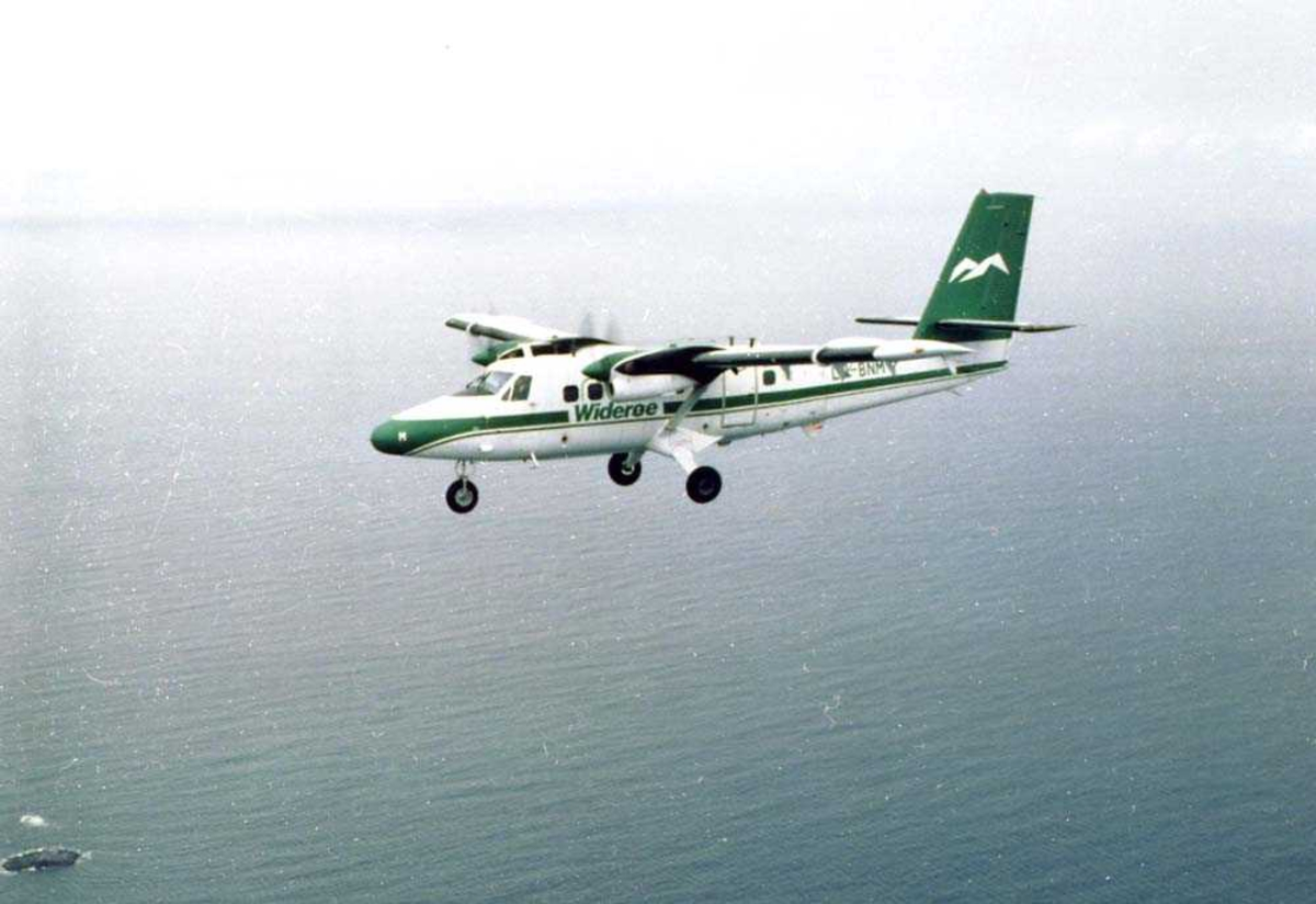 Luftfoto. Et fly, LN-BNM, DHC-6  Twin Otter fra Widerøe på tur over Vestfjorden Nordland.