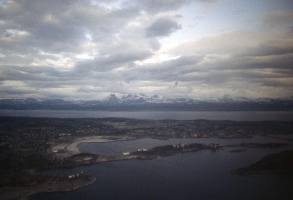 Luftfoto. Oversikt over Bodø by med Børvasstindane i bakgrunn.