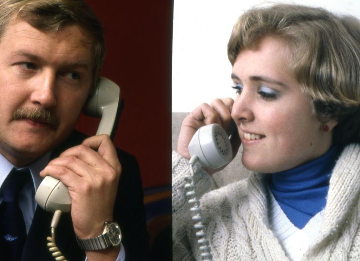 Portrett. To personer fra Braathens SAFE i telefonsamtale med hverandre.