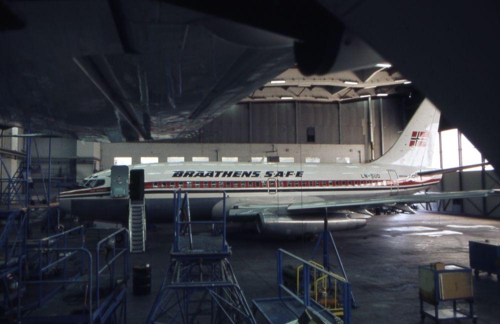 Lufthavn/Flyplass. Sola. Et fly, LN-SUD, Boeing 737 fra Braathens SAFE i  hangar for vedlikehold og inspeksjon.