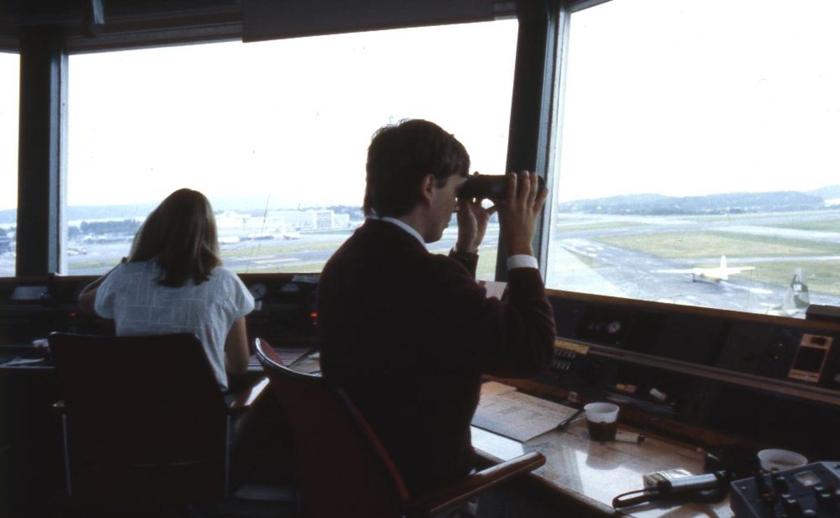 Lufthavn/Flyplass. Stavanger Lufthavn, Sola. Fra Kontrolltårnet (Control Tower) tar flygelederne i bruk kikkerter for lettere å se detaljene på flyplassområdet.